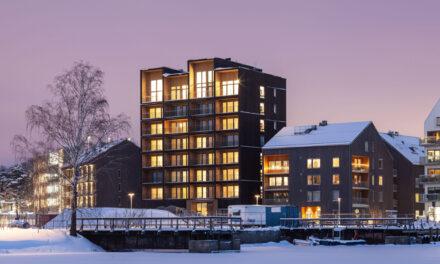 De första hyresgästerna flyttar in i Sveriges högsta trähus