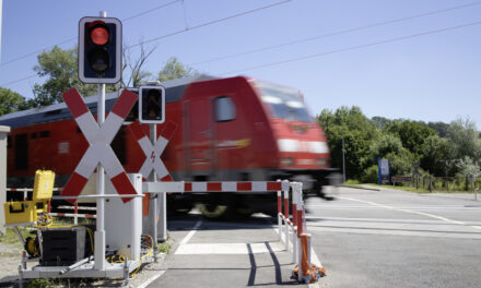 Mobile protection for level crossings