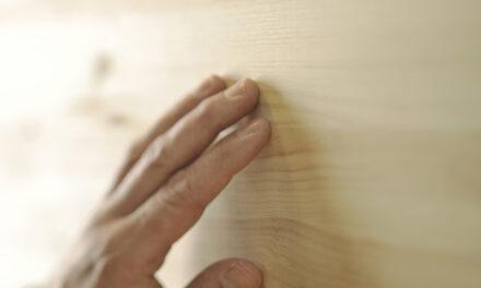 Trä i möbler och interiör skapar lugn och trivsel